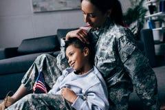 Κόρη και θηλυκός στρατιώτης Στοκ Εικόνα
