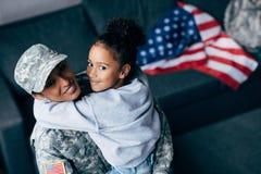 Κόρη και θηλυκός στρατιώτης Στοκ εικόνες με δικαίωμα ελεύθερης χρήσης