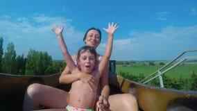 Κόρη και μητέρα στο slidewater σε αργή κίνηση FDV απόθεμα βίντεο