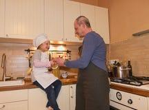 Κόρη και πατέρας στην κουζίνα που προετοιμάζει τα μακαρόνια στο γεύμα Στοκ Φωτογραφία