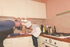 Κόρη και πατέρας στην κουζίνα που προετοιμάζει τα μακαρόνια στο γεύμα Στοκ φωτογραφία με δικαίωμα ελεύθερης χρήσης