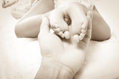 Κόρη πατέρων βραχιόνων και μωρών ποδιών σε 7 μήνες, εκλεκτής ποιότητας ύφος Στοκ φωτογραφία με δικαίωμα ελεύθερης χρήσης