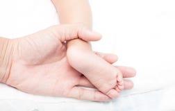 Κόρη πατέρων βραχιόνων και μωρών ποδιών σε 7 μήνες Στοκ Εικόνες