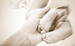 Κόρη πατέρων βραχιόνων και μωρών ποδιών σε 7 μήνες Στοκ Φωτογραφία