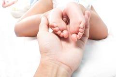 Κόρη πατέρων βραχιόνων και μωρών ποδιών σε 7 μήνες Στοκ εικόνα με δικαίωμα ελεύθερης χρήσης