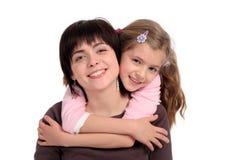 κόρη που αγκαλιάζει τη μητέρα στοκ φωτογραφίες