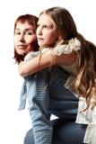 κόρη που αγκαλιάζει τη μη&ta Στοκ Φωτογραφία