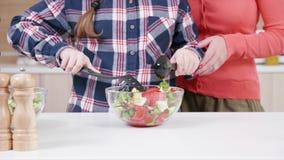 Κόρη που αναμιγνύει τη σαλάτα δίπλα στη μητέρα της φιλμ μικρού μήκους
