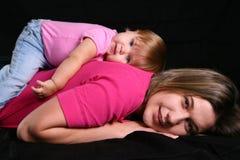 κόρη που βάζει κάτω τη μητέρα στοκ φωτογραφίες με δικαίωμα ελεύθερης χρήσης