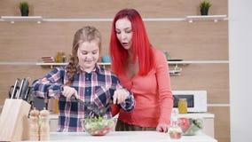 Κόρη που βοηθά τη μητέρα της στην κουζίνα απόθεμα βίντεο