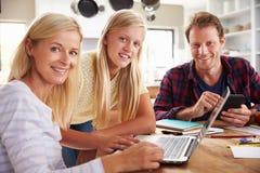 Κόρη που βοηθά τους γονείς της με τη νέα τεχνολογία Στοκ Εικόνα