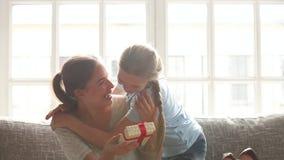 Κόρη που κάνει την έκπληξη στο ευτυχές mom που συγχαίρει με την ημέρα μητέρων απόθεμα βίντεο