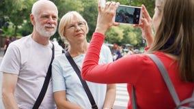 Κόρη που παίρνει τη φωτογραφία των ανώτερων γονέων της στο ταξίδι διακοπών στο Παρίσι Ευτυχής οικογένεια που απολαμβάνει τις διακ απόθεμα βίντεο