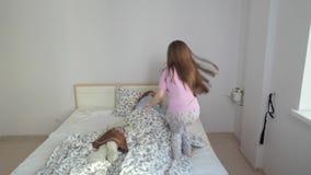 Κόρη που πηδά στο κρεβάτι απόθεμα βίντεο