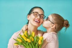 Κόρη που συγχαίρει mom Στοκ φωτογραφίες με δικαίωμα ελεύθερης χρήσης