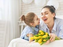 Κόρη που συγχαίρει mom Στοκ Εικόνες