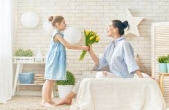 Κόρη που συγχαίρει mom Στοκ Φωτογραφία