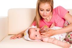 κόρη που ταΐζει mom Στοκ εικόνα με δικαίωμα ελεύθερης χρήσης
