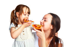 κόρη που τρώει την πίτσα μητέρ& στοκ φωτογραφία με δικαίωμα ελεύθερης χρήσης