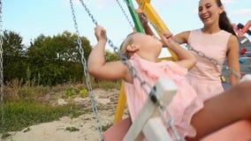 Κόρη ρόλων Mom σε μια ταλάντευση φιλμ μικρού μήκους