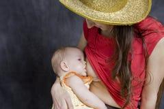 κόρη στηθών που ταΐζει τη μη&ta Στοκ Φωτογραφία