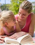 κόρη picnic μητέρων της η ανάγνωση στοκ φωτογραφίες