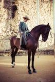 Κόρδοβα, 11.2015 Ισπανία-Μαρτίου: Άνθρωποι που τοποθετούνται στο άλογο στην έκθεση Στοκ Φωτογραφίες