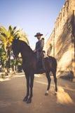 Κόρδοβα, 11.2015 Ισπανία-Μαρτίου: Άνθρωποι που τοποθετούνται στο άλογο στην έκθεση Στοκ φωτογραφία με δικαίωμα ελεύθερης χρήσης