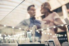 Κόσμημα αγοράς ζεύγους Στοκ φωτογραφία με δικαίωμα ελεύθερης χρήσης