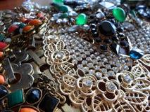 Κόσμημα για τις γυναίκες, κοσμήματα κοστουμιών, πολλές διακοσμήσεις Στοκ Εικόνες