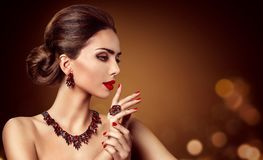 Κόσμημα γυναικών, κόκκινα σκουλαρίκι περιδεραίων κοσμήματος πολύτιμων λίθων και δαχτυλίδι, ομορφιά μόδας στοκ φωτογραφία