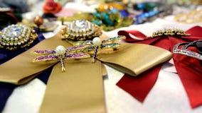 Κόσμημα γυναικών φιαγμένο από βασικά μέταλλα, γυαλί και μαλακά υλικά απόθεμα βίντεο