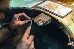 Κόσμημα επεξεργασίας Jeweler Στοκ φωτογραφία με δικαίωμα ελεύθερης χρήσης