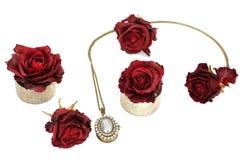 Κόσμημα και λουλούδια Περιδέραιο και κόκκινα τριαντάφυλλα στοκ εικόνες με δικαίωμα ελεύθερης χρήσης