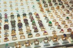 Κόσμημα στο δαχτυλίδι διαμαντιών προθηκών, κατάστημα κοσμήματος για το δαχτυλίδι πώλησης Στοκ Εικόνες