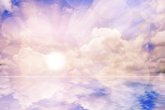 Κόσμος και νερό με τον ουρανό ανατολής. Στοκ Φωτογραφία