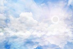 Κόσμος και νερό με τον ουρανό ανατολής. Στοκ εικόνες με δικαίωμα ελεύθερης χρήσης