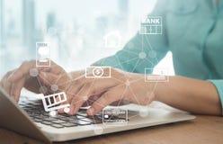 κόσμος πληρωμής χαρτών Διαδικτύου πιστωτικών σφαιρών έννοιας τραπεζικών καρτών Στοκ Φωτογραφία