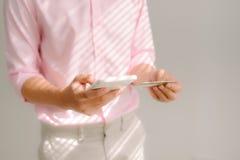 κόσμος πληρωμής χαρτών Διαδικτύου πιστωτικών σφαιρών έννοιας τραπεζικών καρτών Πληρωμή με πιστωτική κάρτα στο κινητό smartphone στοκ φωτογραφίες