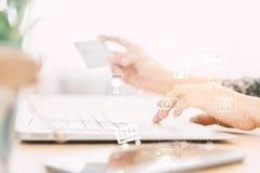 κόσμος πληρωμής χαρτών Διαδικτύου πιστωτικών σφαιρών έννοιας τραπεζικών καρτών Στοκ Φωτογραφίες