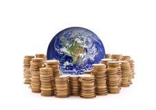Κόσμος που στέκεται στα χρήματα Στοκ Εικόνες