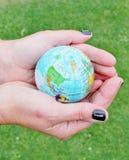 Κόσμος στα χέρια σας Στοκ εικόνα με δικαίωμα ελεύθερης χρήσης