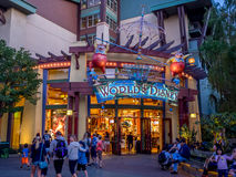 Κόσμος του καταστήματος της Disney στη στο κέντρο της πόλης Disney Στοκ εικόνα με δικαίωμα ελεύθερης χρήσης