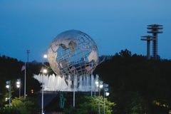 1964 κόσμος s δίκαιο Unisphere της Νέας Υόρκης τη νύχτα στο ξέπλυμα του πάρκου λιβαδιών Στοκ Εικόνες