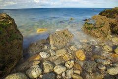 Κόστος θάλασσας με το μπλε ουρανό Στοκ Εικόνα