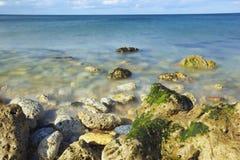 Κόστος θάλασσας με το μπλε ουρανό Στοκ Φωτογραφία