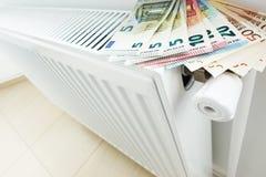 Κόστος θέρμανσης σπιτιών ή διαμερισμάτων με τα ευρο- τραπεζογραμμάτια μετρητών στο θερμαντικό σώμα Στοκ φωτογραφία με δικαίωμα ελεύθερης χρήσης