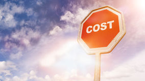 Κόστος, κείμενο στο κόκκινο σημάδι κυκλοφορίας Στοκ εικόνα με δικαίωμα ελεύθερης χρήσης