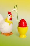 Κότα και αυγό με το snowdrop στοκ εικόνα