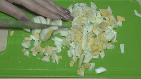 Κόψτε τα αυγά με ένα μαχαίρι απόθεμα βίντεο